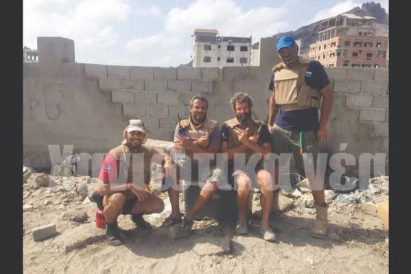 Μαζί με άλλα μέλη συνεργείου για την πόντιση καλωδίου σε μία ακτή στην Υεμένη