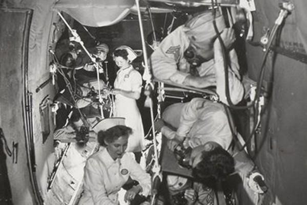 "To Aμερικανικό αεροπλάνο ""Liberator Express"", ενώ μεταφέρει, με ειδική ασφυκτική διαμόρφωση, τραυματίες πίσω στην πατρίδα (1943)."