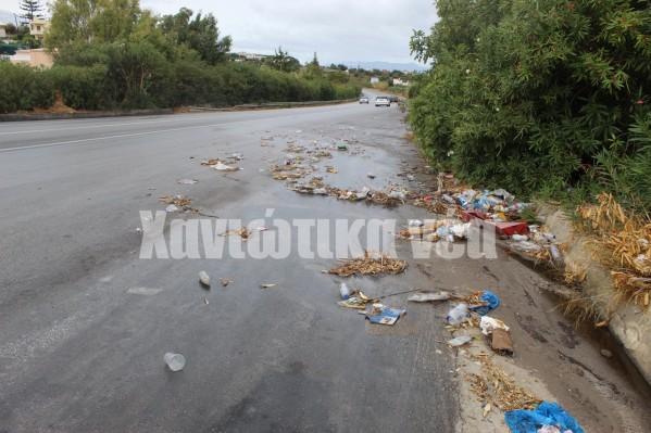 """""""Πάρτι"""" κάνουν τα σκουπίδια στο άνοιγμα της εθνικής οδού μετά τον κόμβο Βαμβακόπουλου και προς Γαλατά. Κούτες, πλαστικές σακούλες, πλαστικά μπουκάλια και ποτήρια συνθέτουν το σκηνικό."""