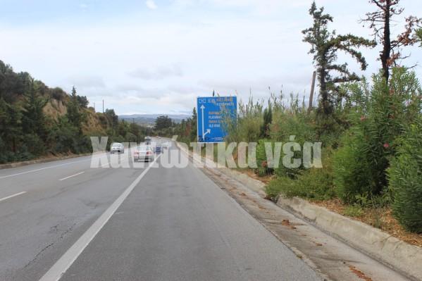 Με δυσκολία διαβάζεται και η πινακίδα που ειδοποιεί για τον κόμβο Πλατανιά και τη σύνδεση με την παλιά εθνική οδό.