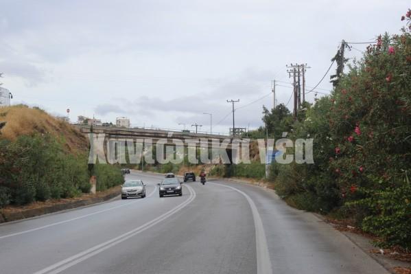 Θάμνοι καλύπτουν και την πινακίδα που εξηγεί ότι ευθεία κατευθυνόμαστε προς Κίσσαμο και στρίβοντας δεξιά οδηγούμαστε στον Γαλατά.