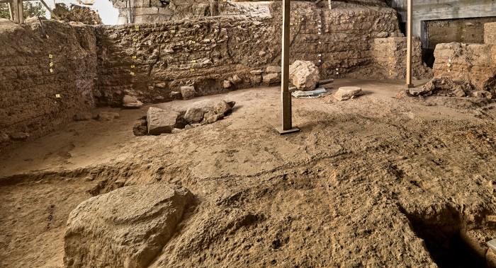 Άποψη τμήματος της μυκηναϊκής αυλής με το δάπεδο από ισχυρό κονίαμα (13ος αι. π.Χ.).