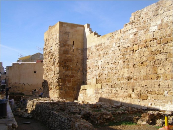 .Τμήμα του τείχους της αρχαίας, βυζαντινής και ενετικής ακρόπολης της Κυδωνίας, πίσω από το οποίο είναι η ανασκαφή της οδού Κατρέ 1.