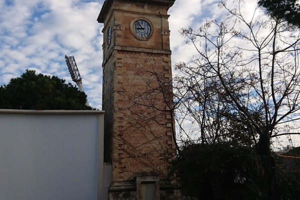 Το Ρολόι αποτελεί ένα ξεχωριστό τοπόσημο συνδεδεμένο στενά με τον Δημοτικό Κήπο και τον θερινό κινηματογράφο.