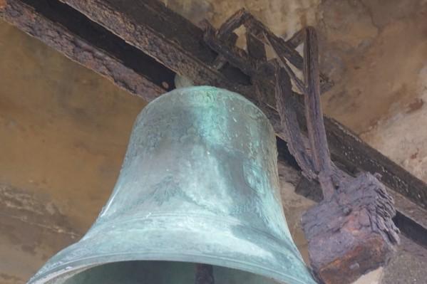 Η καμπάνα που υπήρχε πάνω στο κουβούκλιο καθαιρέθηκε για λόγους ασφαλείας καθώς ήταν φανερή η οξείδωση του μηχανισμού στερέωσης.