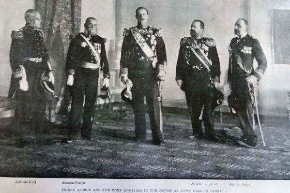 Ο πρίγκιπας Γεώργιος και οι Ναύαρχοι των Μεγάλων Δυνάμεων, Noel, Pottier, Skrydloff, και Bettolo.