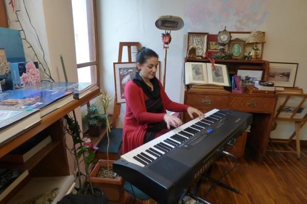 Η Ειρήνη Κόλλια με το πιάνο της κρατάει μουσική συντροφιά στους επισκέπτες του βιβλιοπωλείου.
