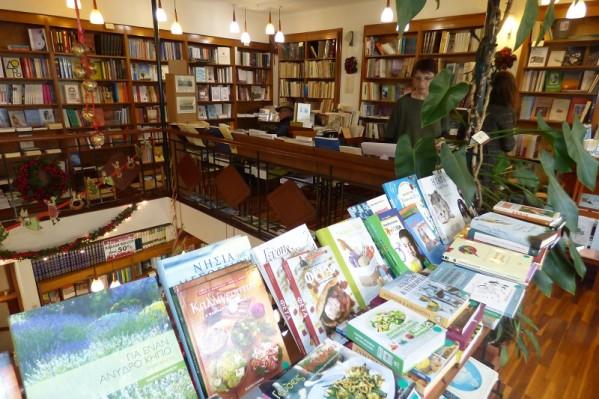Ο επισκέπτης έχει να επιλέξει βιβλία κάθε είδους που καλύπτουν μια μεγάλη γκάμα ενδιαφερόντων.