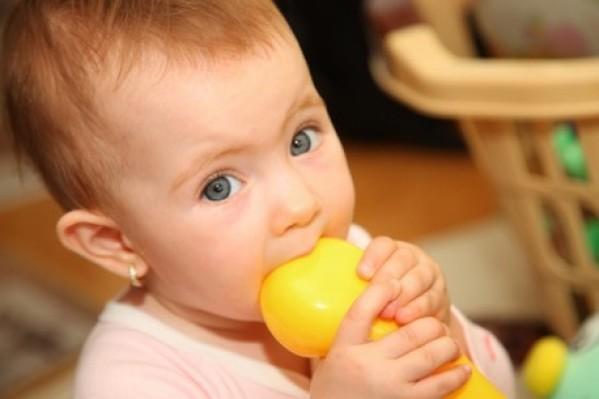 Τα παιχνίδια για τα νήπια πρέπει να είναι πολύ μεγαλύτερα από το στόμα τους για να μην τα καταπιούν...