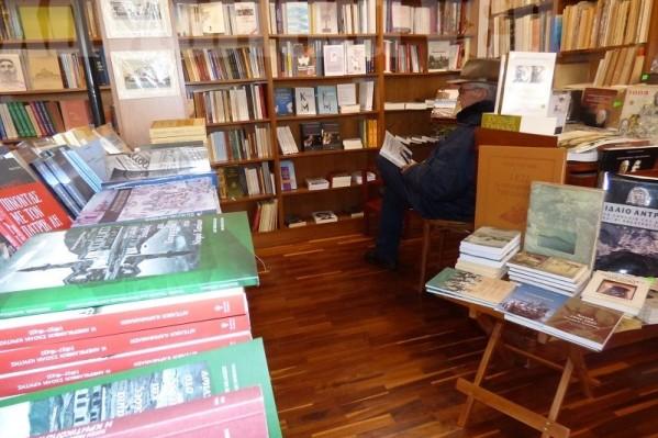 Ιδιαίτερο ενδιαφέρον έχει η γωνιά με τα συλλεκτικά βιβλία που αφορούν την Κρήτη.