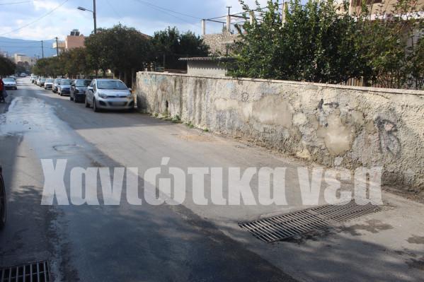 Δρόμοι όπως η οδός Θερίσου δεν έχουν πεζοδρόμιο σε ένα μεγάλο μέρος τους, ενώ άλλοι είναι τόσο στενοί που μόλις που μπορεί να περάσει ένας πεζός!