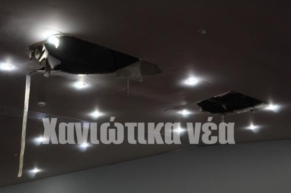 Δύο μεγάλα κομμάτιατης οροφήςτης κεντρικής αίθουσας αποκολλήθηκαν.