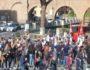 Την Κυριακή το μεσημέρι πλήθη παρακολουθούν τις μαζορέτες της ποδοσφαιρικής ομάδας ΡΟΜΑ.