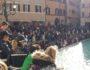 Αν δεν υπήρχαν αστυνομικοί σε κάθε πλευρά της Fontana di Trevi αρκετοί θα βουτούσαν στο σιντριβάνι.