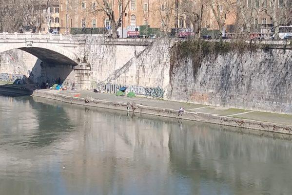 Κι αν αναρωτιέστε 'Που κοιμούνται οι άστεγοι;'  Η απάντηση είναι κάτω από τις γέφυρες του Τίβερη.