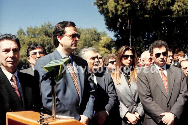 Πρώτος από αριστερά ο Νικήτας Βενιζέλος, στο ετήσιο Μνημόσυνο των Βενιζέλων το 1993.  Δίπλα του από δεξιά, ο Αντώνης Σαμαράς τότε Πρόεδρος της Πολιτικής Άνοιξης. (Από το Αρχείο των Χανιώτικων νέων)