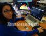 H προπτυχιακή φοιτήτρια Μαρίνα Γιανναράκη, με εικόνες από το παιχνίδι ειδικά για παιδιά ΔΕΠΥ πάνω στο οποίο εργάζεται.