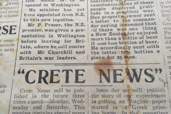 """Λεπτομέρεια από το 1ο φύλλο της εφημερίδας. Ελλείψει αγγλικών τυπογραφικών στοιχείων, το «w» αντικαταστάθηκε από το ελληνικό «ω» ή το """"m"""" τοποθετημένο ανάποδα. (Και τα τέσσερα φύλλα της εφημερίδας βρίσκονται στη Δημ. Βιβλιοθήκη Χανίων)."""