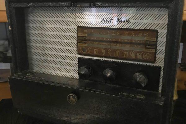 Ραδιόφωνο παγκόσμιας λήψης, που χρησιμοποιήθηκε από την αγγλική αντικατασκοπεία στην Κρήτη για να παρακολουθεί τις κινήσεις των Γερμανών στη Μεσόγειο και να λαμβάνει ειδήσεις από το BBC. (Μουσείο Τυπογραφίας, δωρεά Βασίλη Καλαϊτζή Μουντάκη).