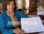 Η κα Ευαγγελία Νικολακάκη -Μανιουδάκη με ένα αντίγραφο του τελευταίου γράμματος του συγχωριανού της Φανούρη Κατσουλάκη που το συνέταξε μια μέρα πριν την εκτέλεσή του.