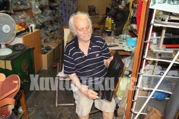 Ο κ. Λευτέρης Πιρπινάκης φτιάχνει στιβάνια εδώ και 80 χρόνια.