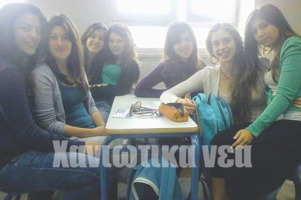 Η Α. Ντουντουνάκη (δεύτερη από δεξιά) με συμμαθήτριες της στο 2ο Λύκειο Χανίων.