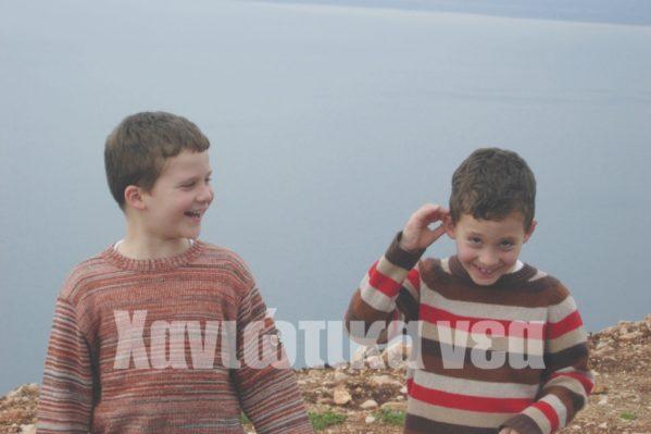 Με τον αδελφό του Χρήστο σε εκδρομή στο δημοτικό σχολείο.