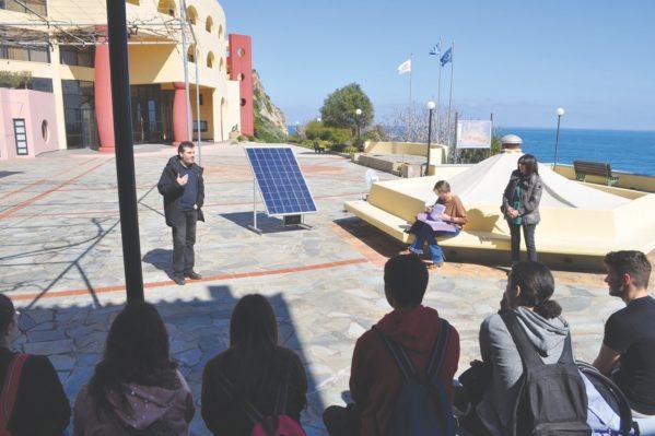 Ο κ. Αντώνης Καλογεράκης στην αυλή της Ο.Α.Κ. παρουσιάζει σε μαθητές τα περιβαλλοντικά πλεονεκτήματα των φωτοβολταϊκών στοιχείων.